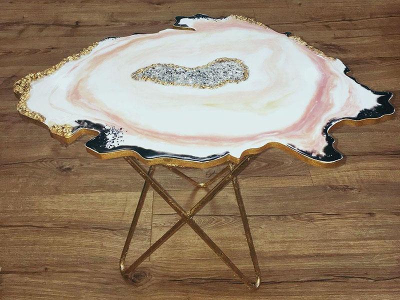 design zhurnalnye stolik with epoksidom